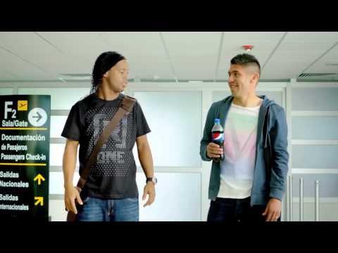 Ronaldinho y Oribe Peralta