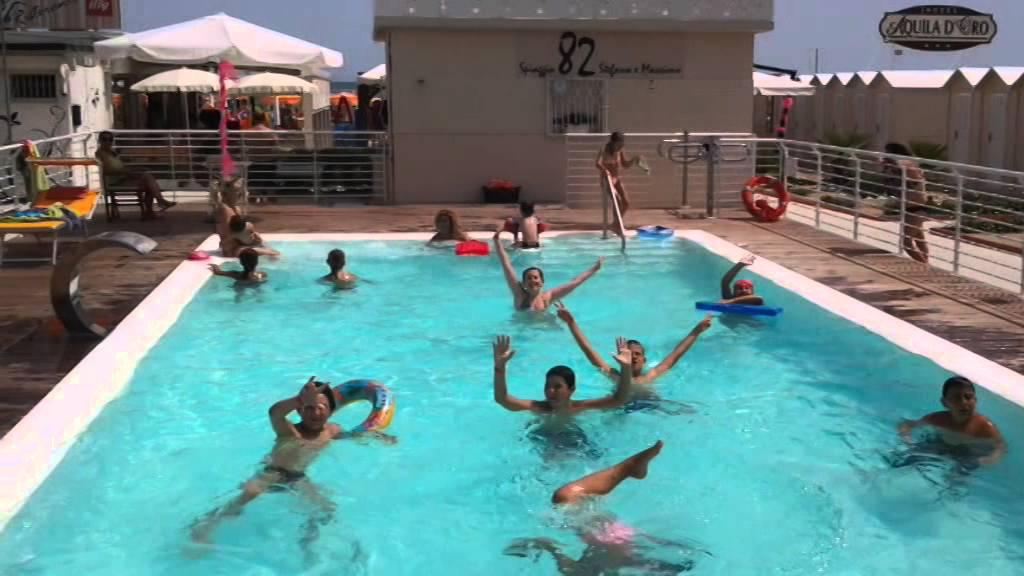 Spiaggia 82 riccione la piscina youtube for Piscina riccione