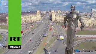 Dron sobrevuela la estatua del legendario cosmonauta soviético Yuri Gagarin