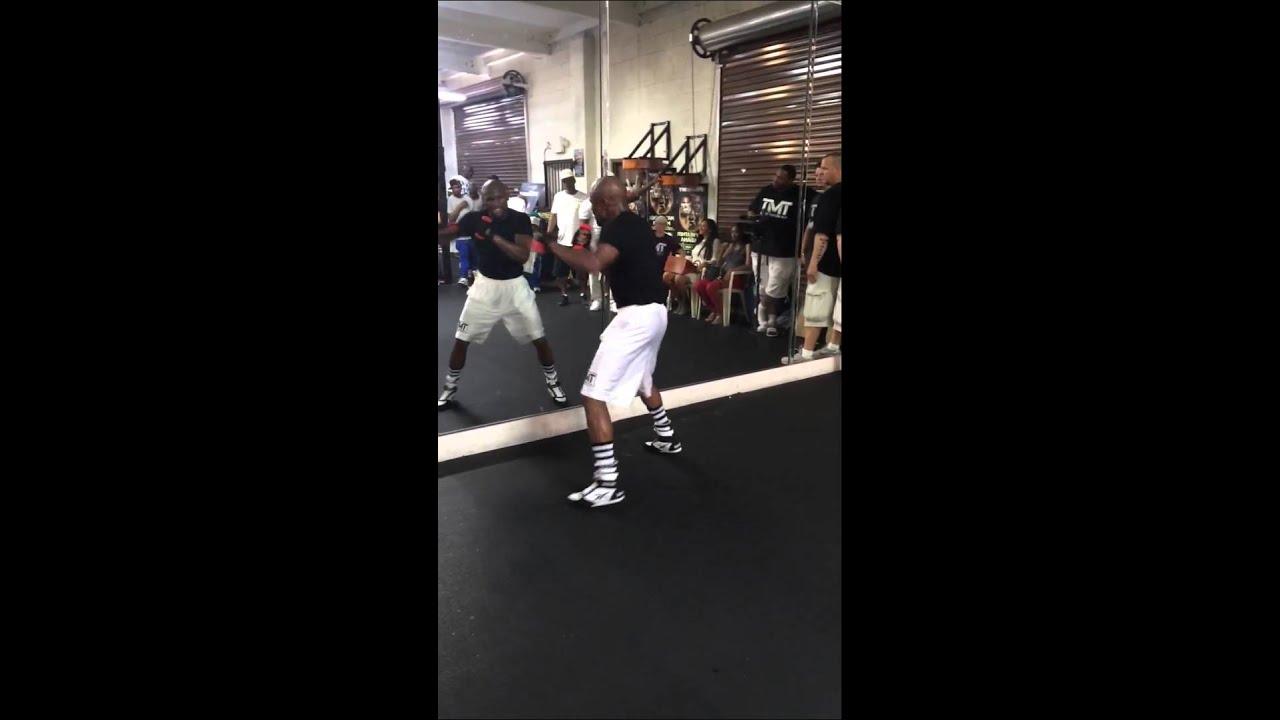 Floyd Mayweather Training at the Mayweather Boxing Gym ...