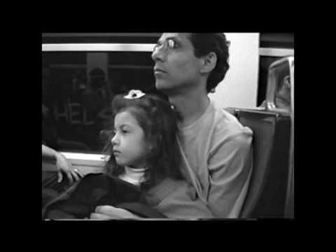 Une petite fille avec son père aimant dans les stations de métro parisiennes