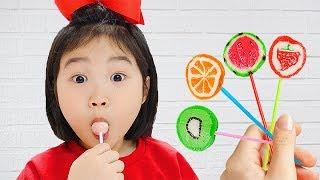 بولا تعلم الألوان مع مصاصات الفاكهة