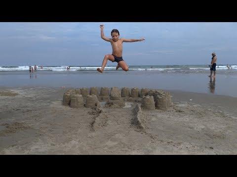 Destruindo Castelo de Areia na Praia