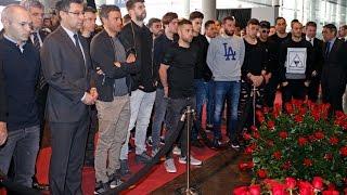 لاعبو برشلونة يكرمون الراحل يوهان كرويف بالتدريب (فيديو)