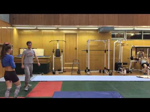 видео акробатика группировка перекаты кувырки