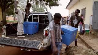 Livraison de vaccins contre la rougeole pour les enfants en Guinée