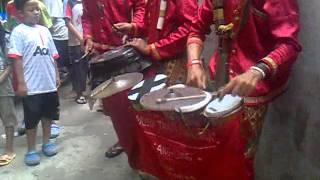 ngamen dengan musik tradisional angklung