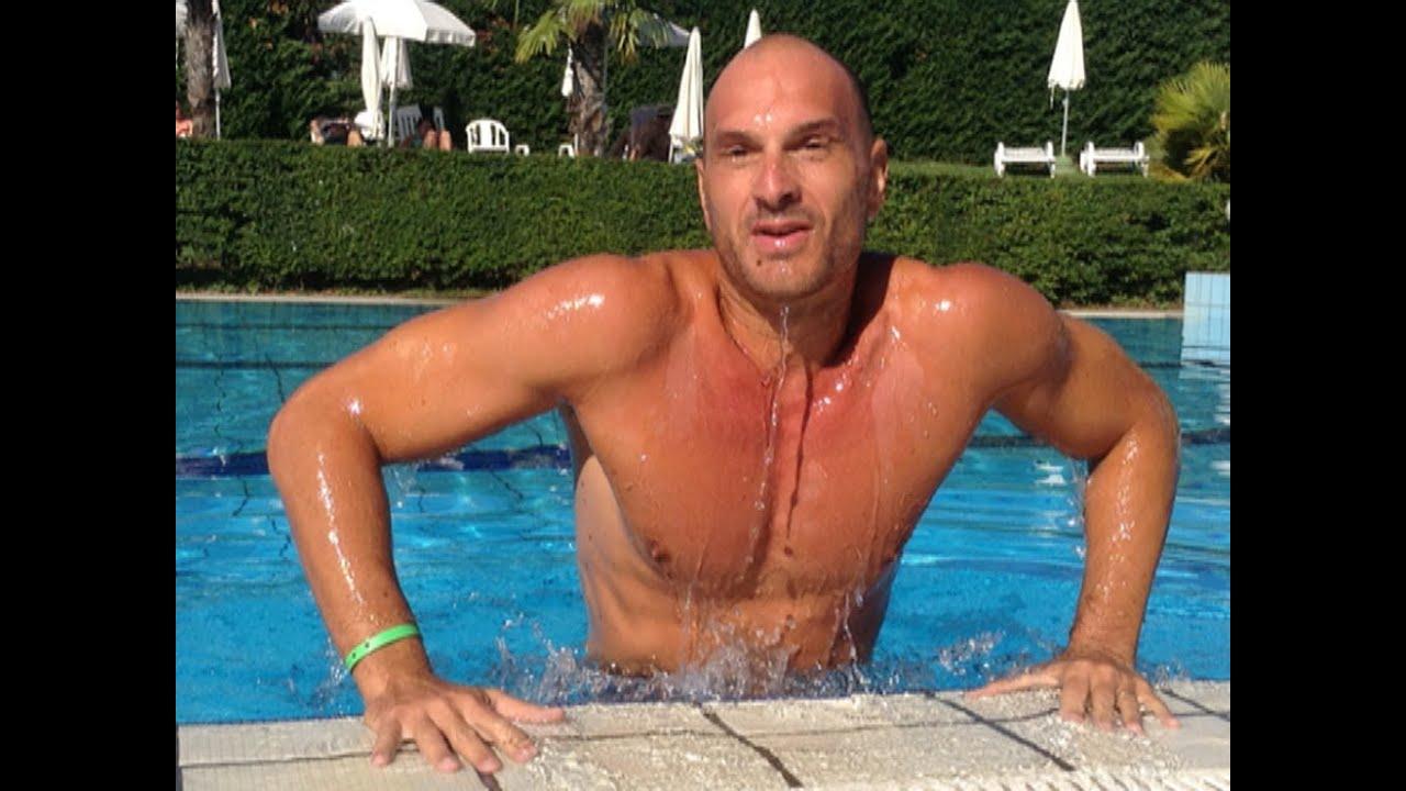 Nuoto fitness come allenare pettorali e braccia in - Nuoto in piscina ...
