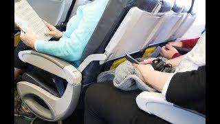 Dieser geheime Knopf verschafft mehr Platz im Flugzeug