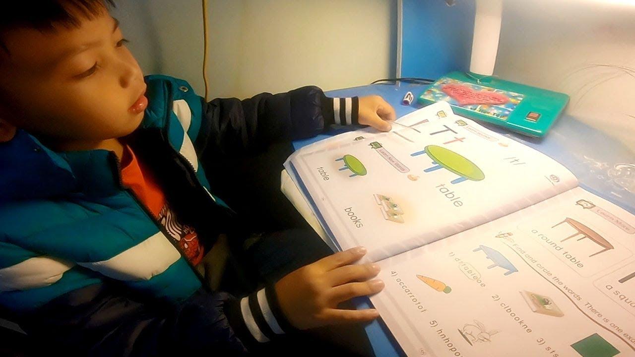 Bé Quốc Việt Hướng Dẫn Các Bạn Học Tiếng Anh Lớp 1 Bài Cái Bàn