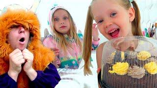 Настя маленькая играет в День рождения друга Happy Birthday