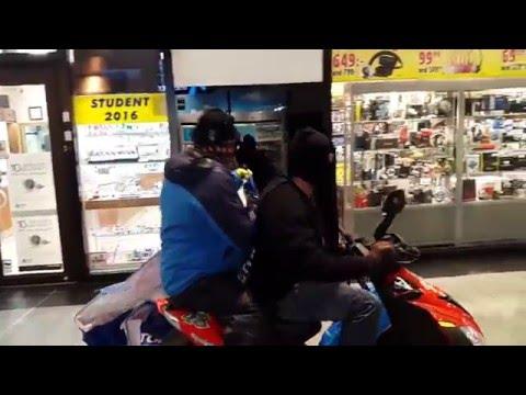 Rån mot Klockmaster i Kista Galleria 160513 (Watch store robbed in Stockholm, Sweden)