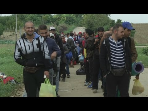 Thousands of refugees arrive in Croatia