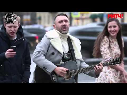 Смотреть Шнур поет с футболистом на Невском проспекте онлайн