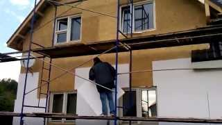 Как утеплить дом? Утеплить пенопластом. Короед. Шубка. Строительство каркасного дома. Москва(Утепляем фасады пенополистиролом (пенопластом фасадным), армируем стены стекловолокнистой сеткой, наносим..., 2014-09-23T09:32:22.000Z)