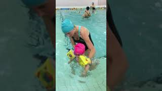 Грудничковое плавание. Тренировка по плаванию Марии (1 год 4 месяца)