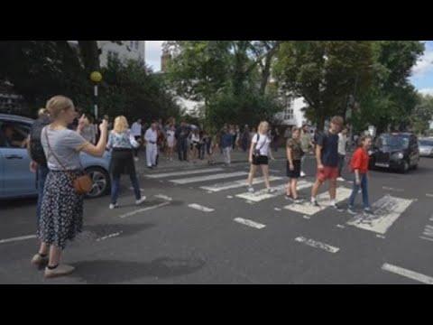 A beatlemanía paraliza Abbey Road no 50 aniversario da icónica foto