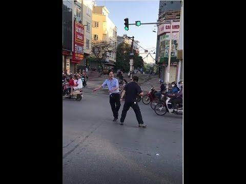 Va chạm giao thông, thư sinh đeo kính huyết chiến cùng võ sư đai đen giữa phố Xã Đàn