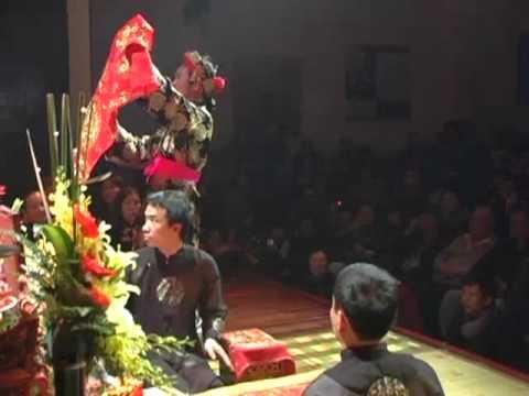 Trình diễn Lên Đồng tại trung tâm VH Pháp8