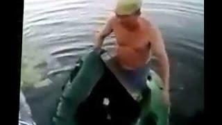 Рыбалка прикол! Дырявая лодка. 18+