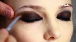 Макияж smoky eyes (смоки айс, дымчатые глаза) видео урок(http://pink.ua - Женский журнал «PINK» онлайн PinkTV продолжает серию уроков по макияжу. В этом видео-уроке профессиона..., 2012-04-13T14:19:53.000Z)