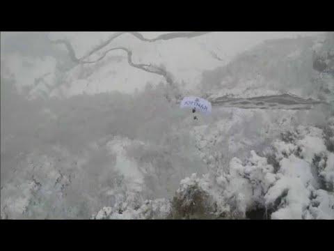 شاهد: مزارعون يرمون الحليب في الشارع ومغامر يقفز من فوق الجبال…  - نشر قبل 3 ساعة