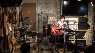 16年10月23日(日)広島のフォーク喫茶「置時計」にて♪ 白いギターと置時...
