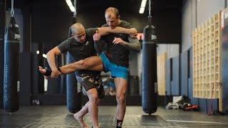 Защита от прямого удара ногой: уроки тайского бокса с чемпионом мира