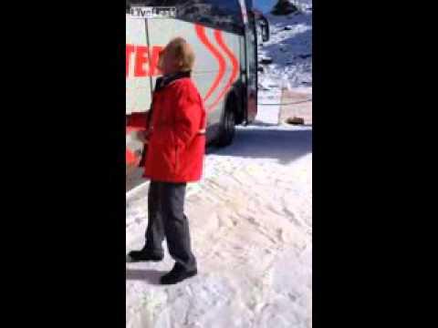 Пробил окно автобуса лыжей)