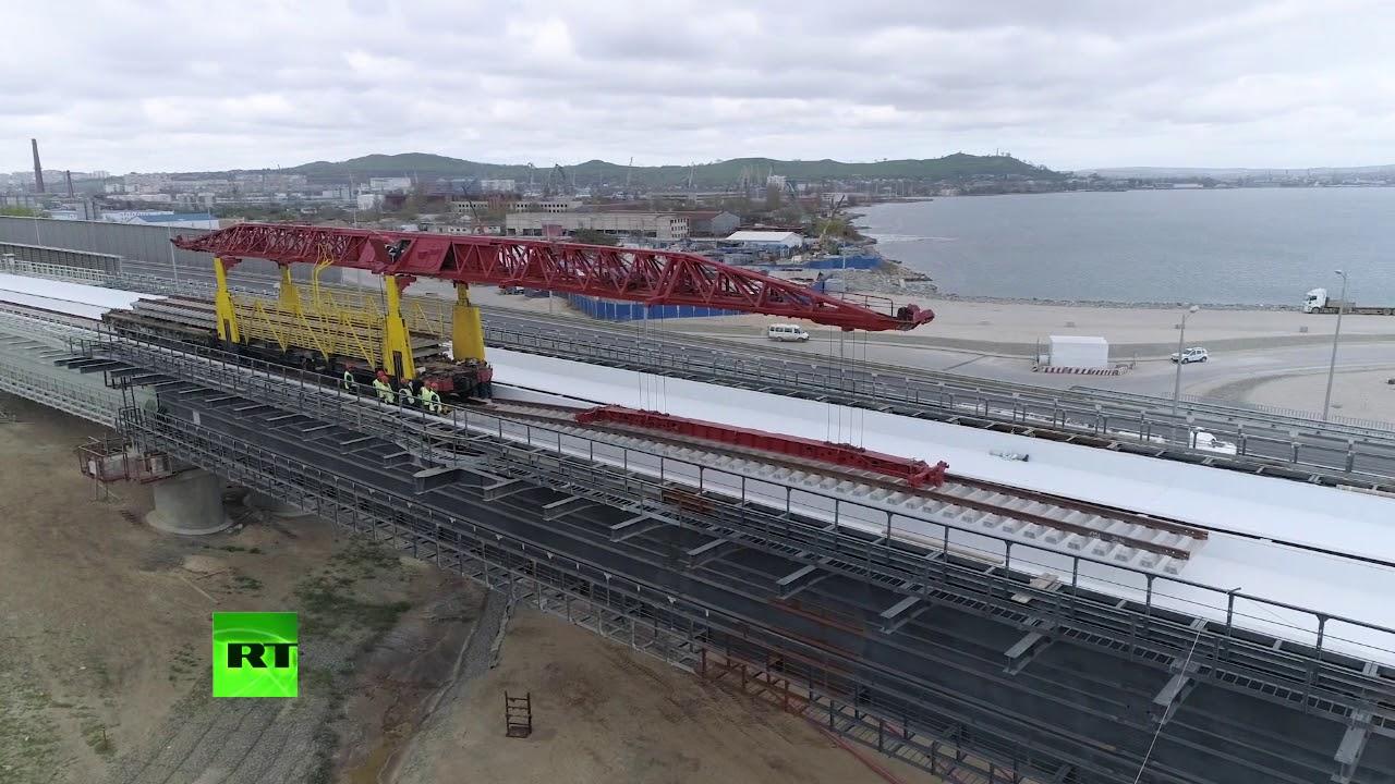 Строители начали укладку рельсов на Крымском мосту со стороны Керчи