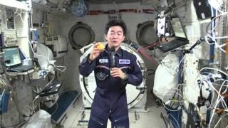 「こうのとり」5号機で運ばれた新鮮な果物(レモン)を喜ぶ油井宇宙飛行...