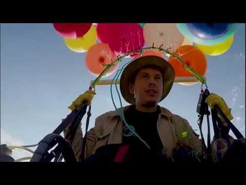 Homem Cruza Céu Da África Do Sul Em Cadeira Presa A 100 Balões