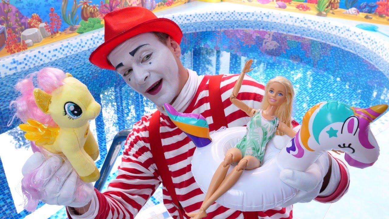 Komik video. Palyaço balondan can simidi yapıyor. Havuz partisi! Tüm oyuncaklar davetli.