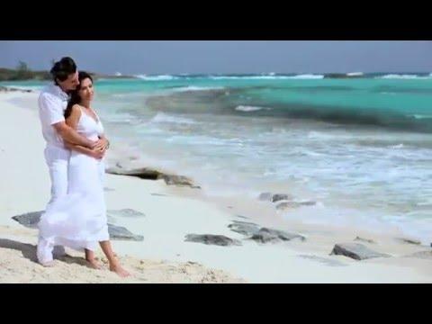Влюбленная пара на берегу моря.
