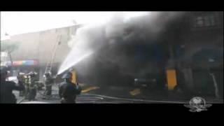 En el Centro Historico arden tres mufas procovando el incendio de u...