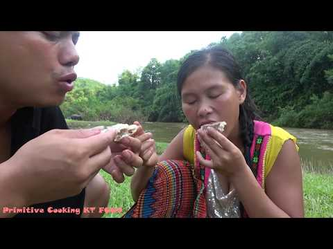 Survival skills: Skills catching big fish in flood river - Primitive life cooking delicious fish