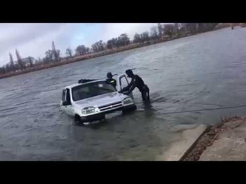 В Ставропольском крае сотрудники Госавтоинспекции спасли водителя из тонущего автомобиля