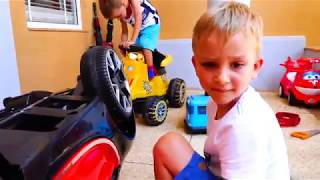 Влад и Никита играют в мастерскую машин