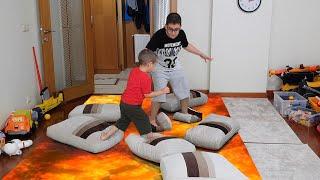Berat ile Buğra Salonda Lav Var Oynuyor. The Floor is Lava Berat Plays with Brother