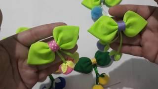 Frutinhas de pompom no laço folhinha com acabamento no bico de pato