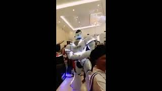 "Robot baila ""Despacito""- Robot dances ""Despacito"""