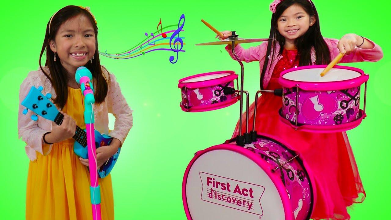 Emma & Wendy Tocan Instrumentos Musicales de Juguete | Canciones Infantiles Para Niños