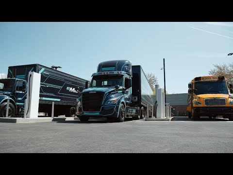 Sen. Wyden highlights proposed clean energy tax credit with help from Daimler Trucks