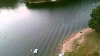 LUCHTOPNAME met een modelvliegtuigje (Wingo) boven Lac St. Etienne Cantalès