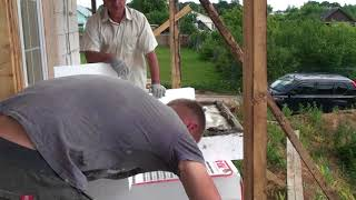 Обучение рабочих заказчика наносить клей на лист пенопласта и приклеивать лист на фасад дома