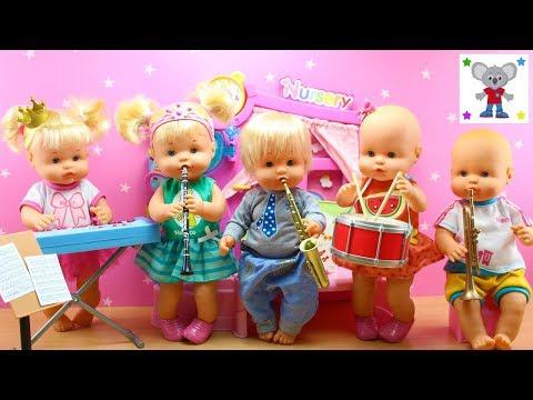 Bebés Nenuco HERMANITAS TRAVIESAS tocan INSTRUMENTOS MUSICALES en la Banda de Música de la Escuela