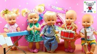 Bebés Nenuco HERMANITAS TRAVIESAS tocan INSTRUMENTOS MUSICALES en la Guarderia Nenuco