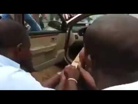 Un homme se transforme en serpent dans sa voiture.