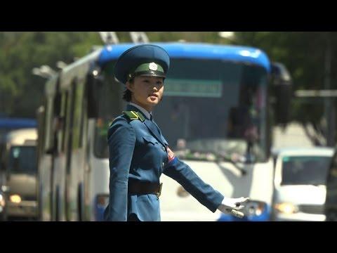 """Les """"Demoiselles de la circulation"""", emblématiques de Pyongyang"""