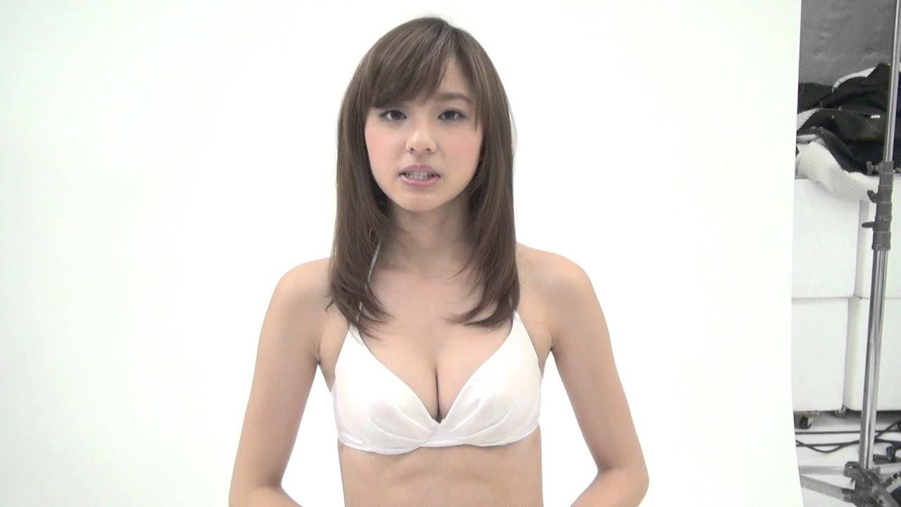 白い水着の朝比奈彩